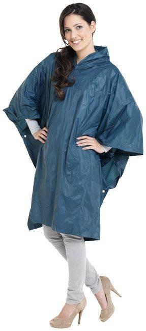 Modell mit blauen Regenponcho