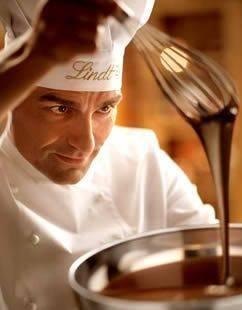 Flüssige Lindt Schokolade mit Koch